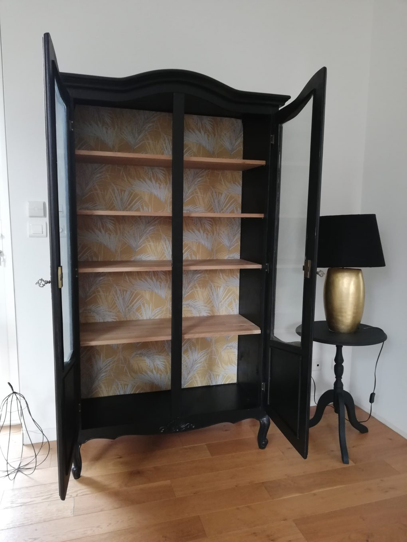 armoire vitrine noire et tapisserie